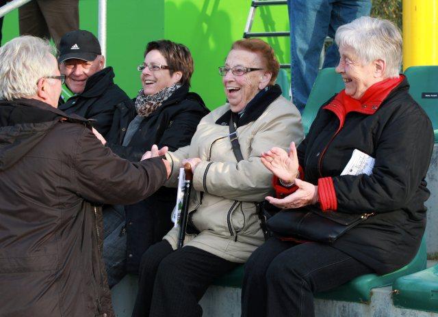"""""""Moeggi"""" Rothacher Fan FCK wird zum 90. Geburtstag geehrt. FC Kreuzlingen (Gruen) gegen SC Binningen BL, Schweizer Cup, 1. Vorrunde auf der Sportanlage Hafenfeld Kreuzlingen am Samstag 9. November 2013 (FOTO GACCIOLI KREUZLINGEN) *** Local Caption *** H3Q6147"""